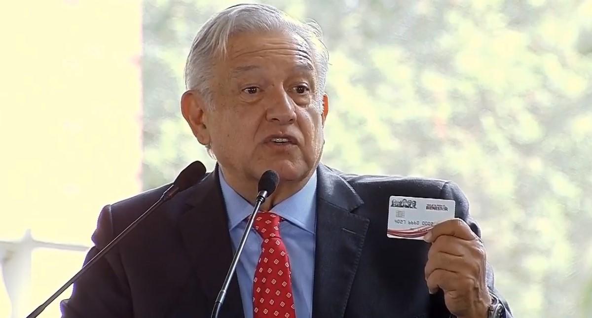 AMLO con la tarjeta bancaria que se dará a becarios. Captura de pantalla