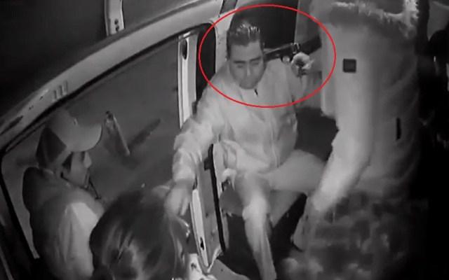 #Video Encañonan a pasajeros para robarlos en la México-Texcoco - Asalto con pistola en el transporte público. Captura de pantalla