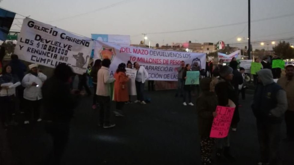 Padres de familia bloquean Avenida Central - bloqueo avenida central