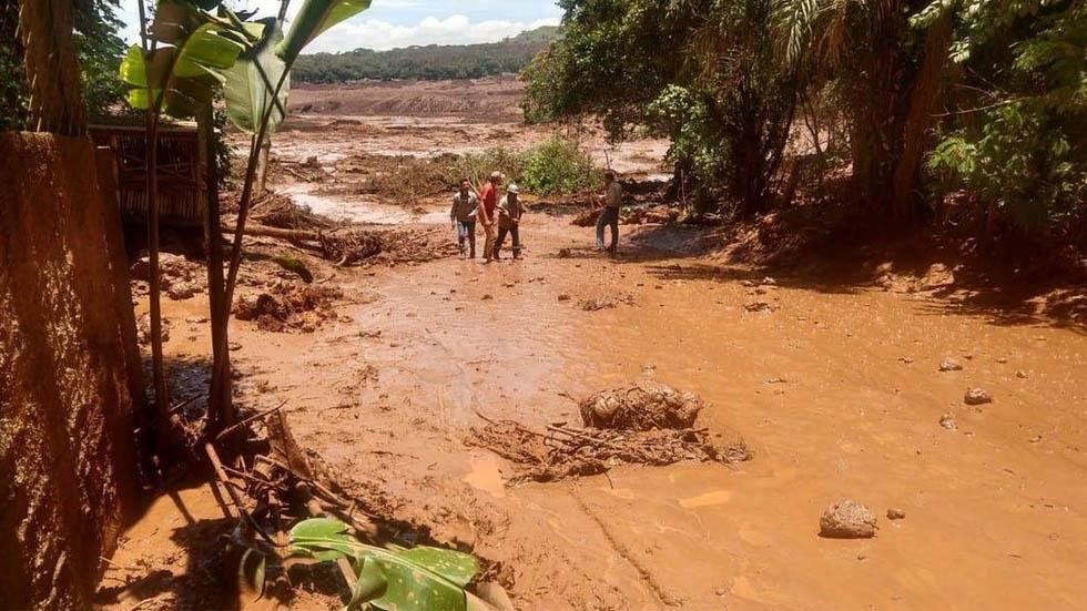 Recuperan nueve cadáveres tras ruptura de diques en Brasil - Foto de O Globo