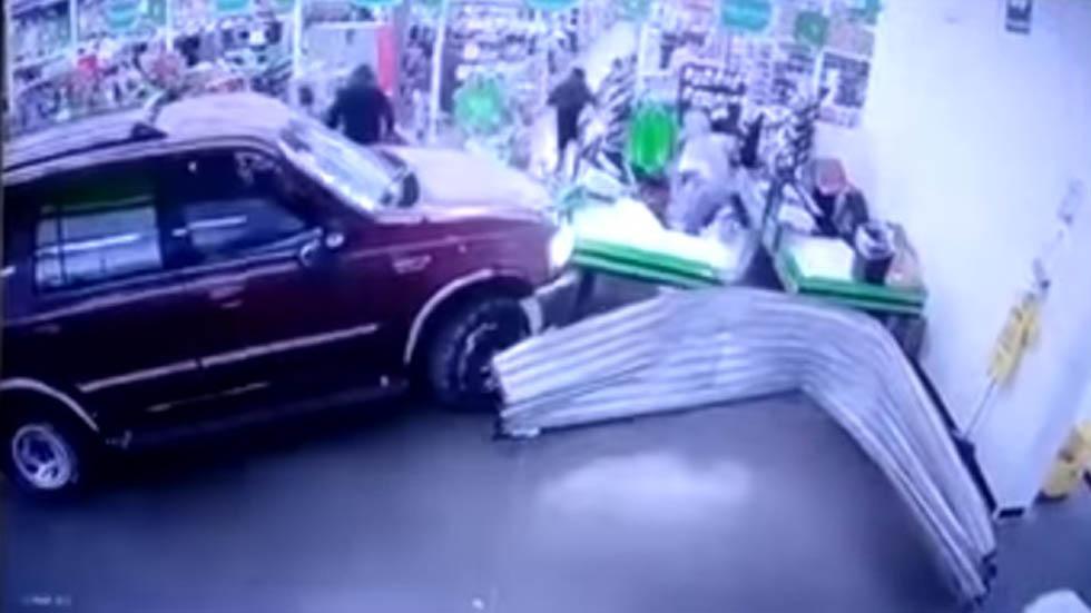 #Video Estrellan camioneta contra supermercado para robar - Un grupo de al menos diez personas irrumpió en una Bodega Aurrerá del Estado de México. Captura de pantalla