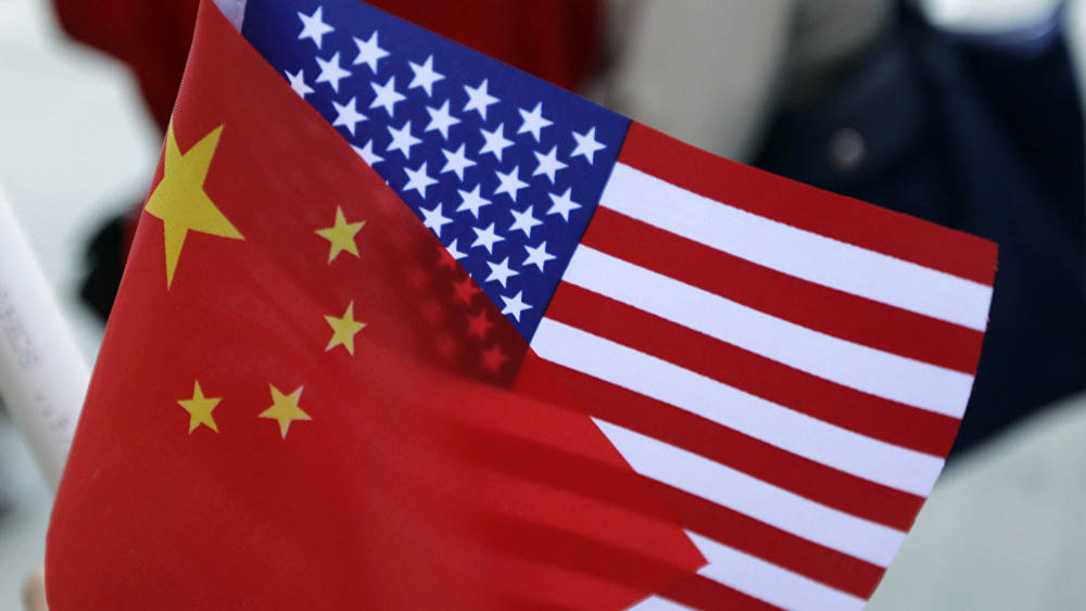 EE.UU. y China se reúnen bajo presión para alcanzar acuerdo comercial - Banderas de China y EE.UU. Foto de Internet