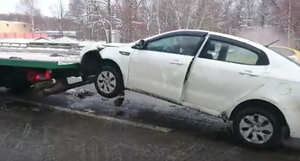 #Video Conductor baja su auto de grúa