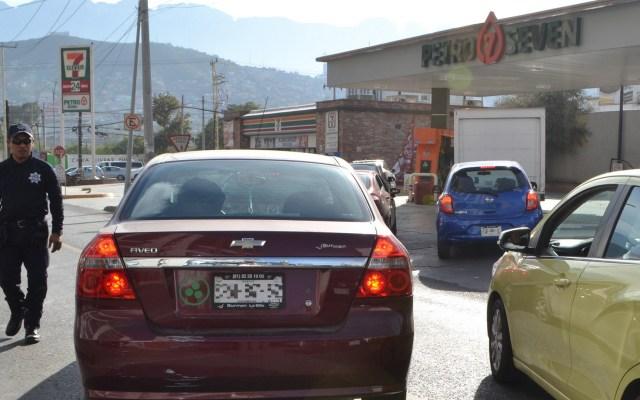 AMLO confirma desabasto de combustible en Monterrey - Hay largas filas de automovilistas cargando gasolina en Monterrey ante desabasto. Foto de Notimex