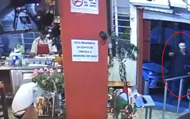 #Video Comensales de taquería sufren asalto con pistola en Naucalpan - El líder del asalto portaba una máscara blanca y una pistola. Captura de pantalla