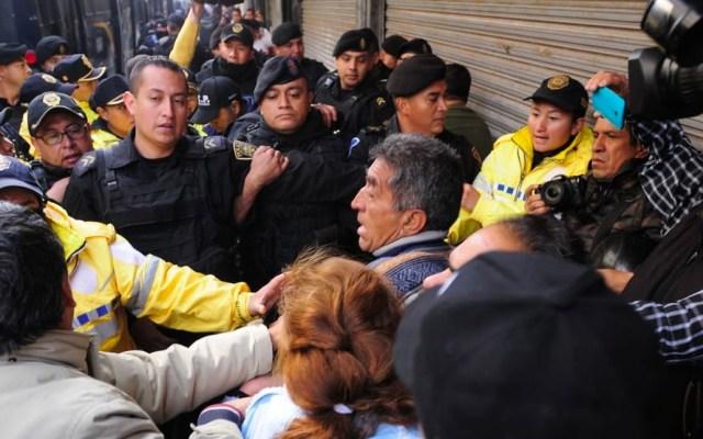 Manifestantes se enfrentan a policías afuera de la SCJN - Enfrentamiento en la SCJN. Foto de Adrián Vázquez / El Sol de México