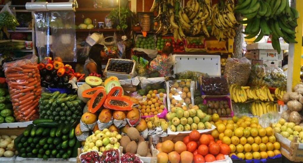 """Agricultores """"la están pasando mal"""" por desabasto de gasolina: CNA - Frutas y Verduras en el Mercado San Juan. Foto de Internet"""