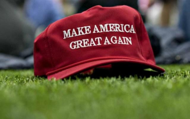 "Restaurante prohíbe usar gorra pro-Trump ""Make America Great Again"" - Foto de Milenio"