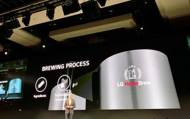 Presentan máquina para elaborar cerveza artesanal en casa - Presentación de HomeBrew. Foto de López-Dóriga Digital.
