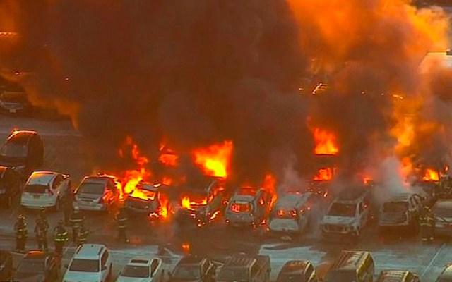 Incendio en estacionamiento de aeropuerto de Newark - Foto de CBS