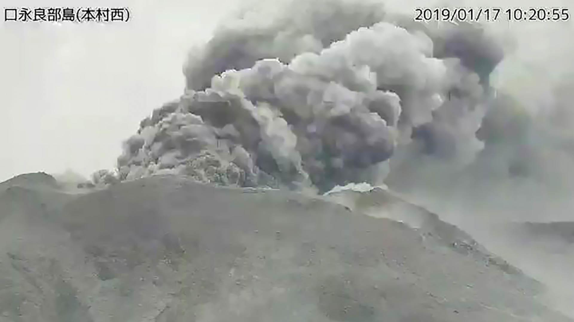 Entra en erupción volcán de isla japonesa