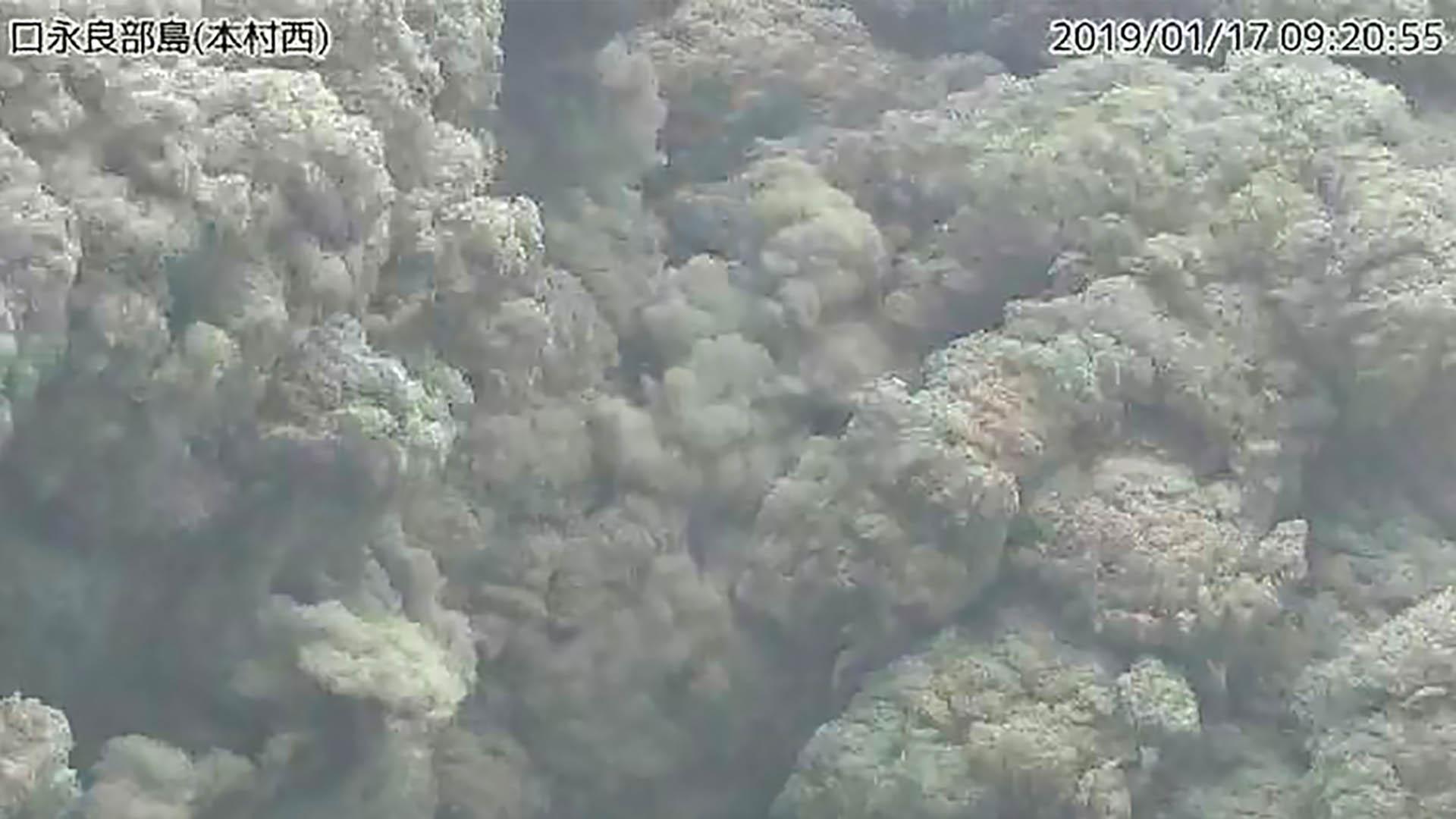 Volcán hace erupción en isla al suroeste de Japón