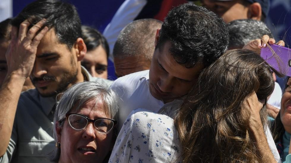 Grupo de Lima condena detención arbitraria de Juan Guaidó - Juan Guaido abraza a su esposa Fabiana Rosales (y a su madre en Caraballeda, en Vargas, Venezuela, el 13 de enero, 2019. Foto de Yuri CORTEZ / AFP.