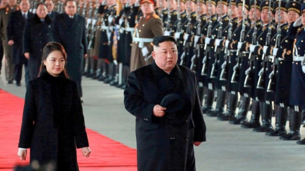 Kim Jong-un hace visita sorpresa a China - Kim Jong Un arribando en compañía de su esposa a China. Foto de Internet