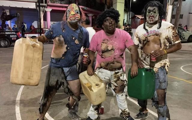 Se disfrazan de ladrones de combustible quemados en festival en Oaxaca - Foto de Facebook