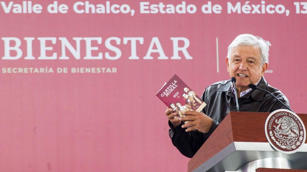 López Obrador presenta 'Cartilla Moral' para reforzar valores - López Obrador anunciando la entrega de la Cartilla Moral Voluntaria. Foto de JOSÉ PAZOS / Notimex.
