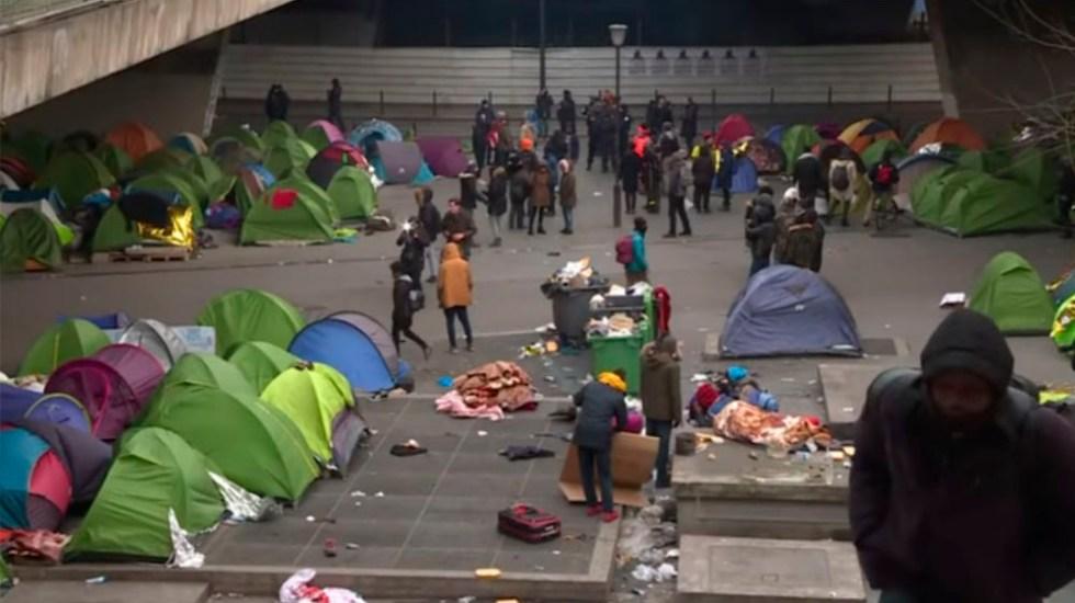 Policía evacua campamento de migrantes en París