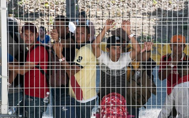 Migrantes ingresan a México - Foto de AFP