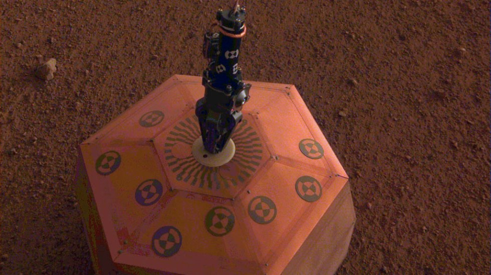 Misión InSight ajusta sismógrafo en Marte - sismómetro