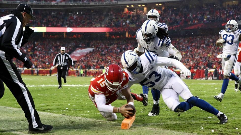 Mahomes se luces y los Chiefs acaban con su maldición en playoffs de NFL - Foto de AFP