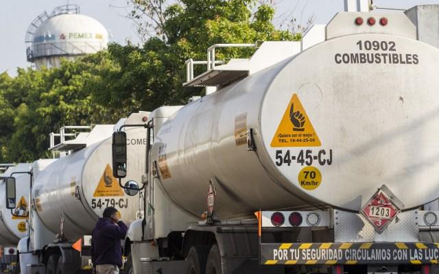 Cepal aplaude medidas de automovilistas ante desabasto de combustible - Pipas salen cargadas de combustible hacia estaciones de servicio de la CDMX. Foto de Notimex gasolina