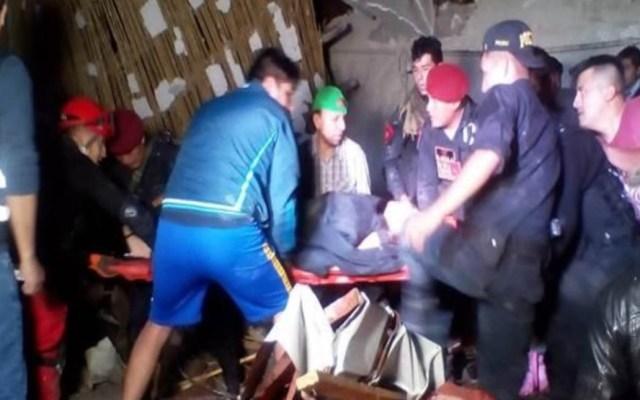 Mueren 15 por colapso de pared en hotel donde celebraban boda en Perú - Rescate de heridos en hotel de Perú. Foto de @indeciperu