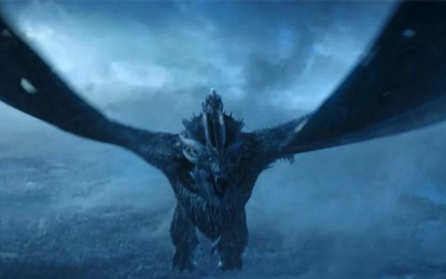 """Prometen """"tráiler real"""" de última temporada de Game of Thrones - Rey de la Noche montando a Viserion tras resucitarlo. Foto de HBO"""