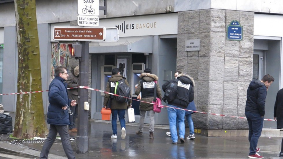Roban banco en Campos Elíseos en París - Foto de Le Parisien