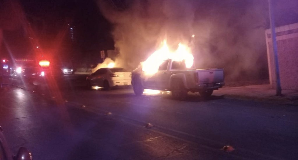 Incendian cinco vehículos en San Pedro, Nuevo León - Foto de @cesarmty