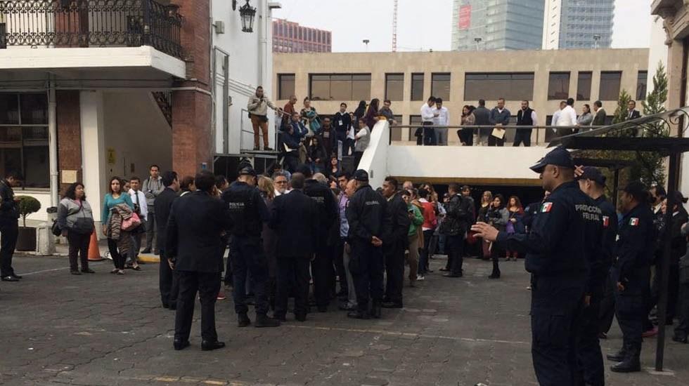 Ex funcionarios cierran la Segob en busca de audiencia - Foto de López-Dóriga Digital