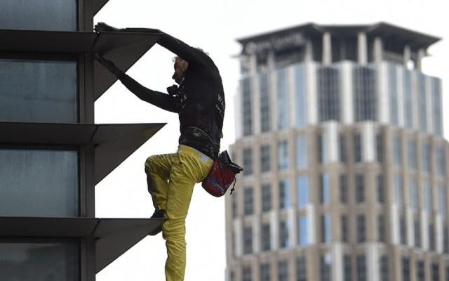 """""""Spider-Man"""" francés escala sin protección rascacielos de Filipinas - Spider-man francés rascacielos filipinas"""