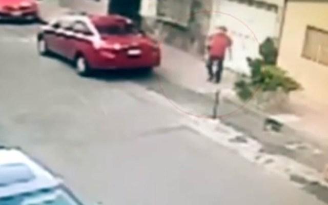 #Video Taquero asesina a joven y abandona sus restos en la CDMX - Taquero saliendo de su casa. Captura de pantalla