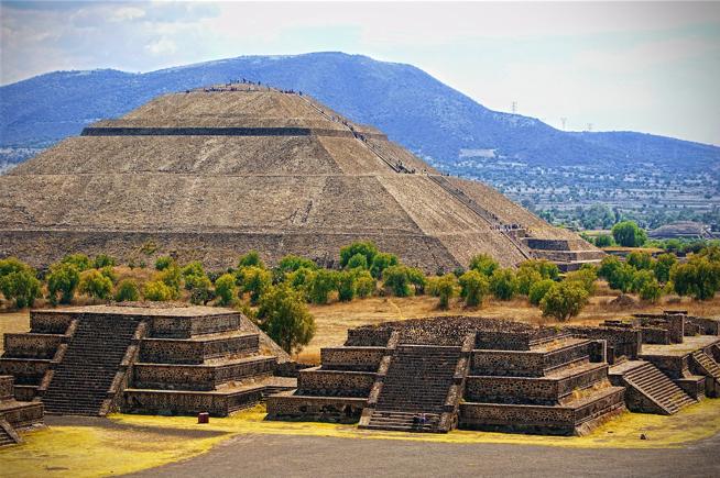 La gran conquista militar de Teotihuacán - La gran Tollan Teotihuacán y su característica Pirámide del Sol.