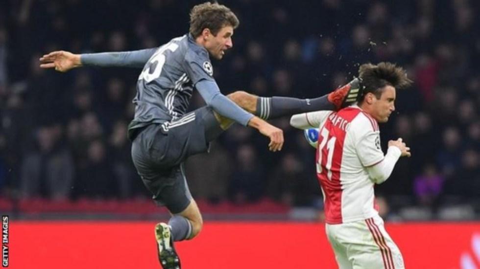 UEFA suspende a Thomas Müeller para octavos de la Champions - La patada de Müller a Taglafico. Foto de Getty
