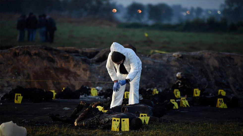 Pruebas de ADN de víctimas de Tlahuelilpan tardarán seis meses - Forenses en Tlahuelilpan. Foto de AFP