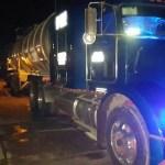 Aseguran a conductor con 66 mil litros de turbosina robada - Tractocamión que transportaba turbosina robada. Foto de @PoliciaFedMx