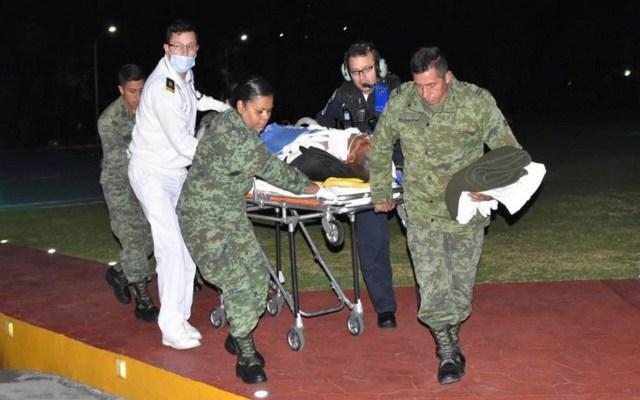 Atienden en Centro de Atención a Quemados a ocho heridos por explosión en Hidalgo - Traslado de una víctima de Tlahuelilpan a un hospital. Foto de Notimex