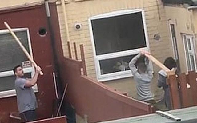 #Video Vecinos pelean a tablazos en Gran Bretaña - Vecinos peleando a tablazos. Captura de pantalla