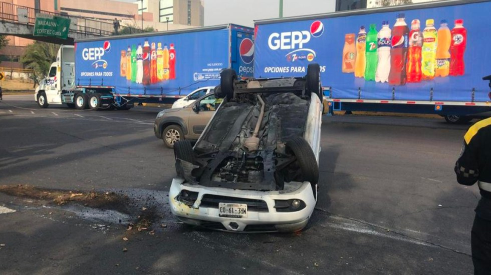Vuelca vehículo en Circuito Interior frente al hospital La Raza - Foto de Condorelampago312
