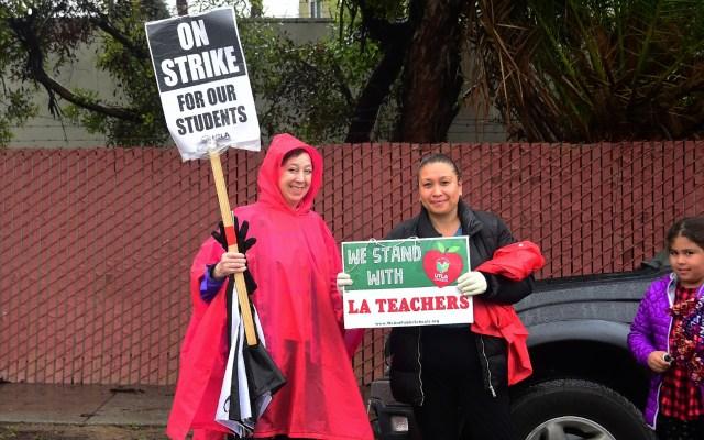 Huelga de maestros en Los Ángeles. - Maestros protestan en Sunset Boulevard en Los Ángeles. Foto de AFP.