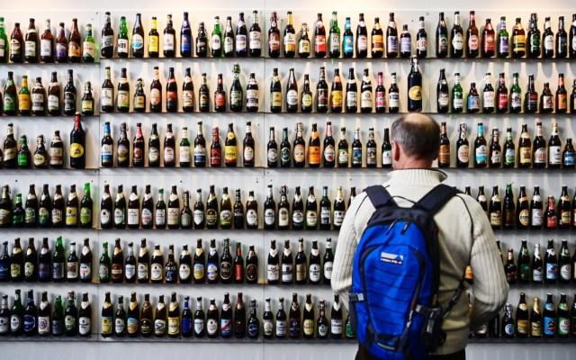 Feria agrícola 'Grüne Woche'. - Un visitante mira las botellas de cerveza durante la inauguración de la feria agrícola