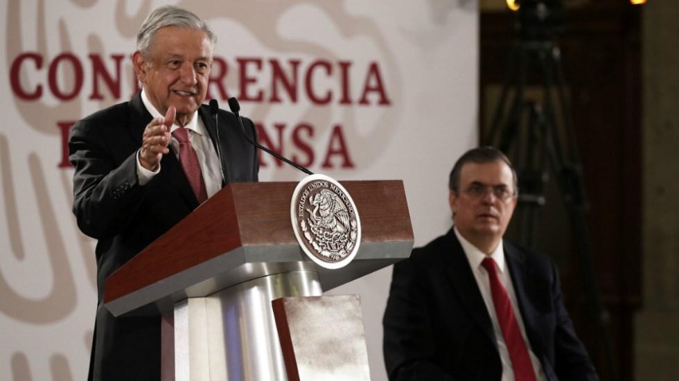 López Obrador dialoga con funcionarios de la cancillería - Foto de Notimex