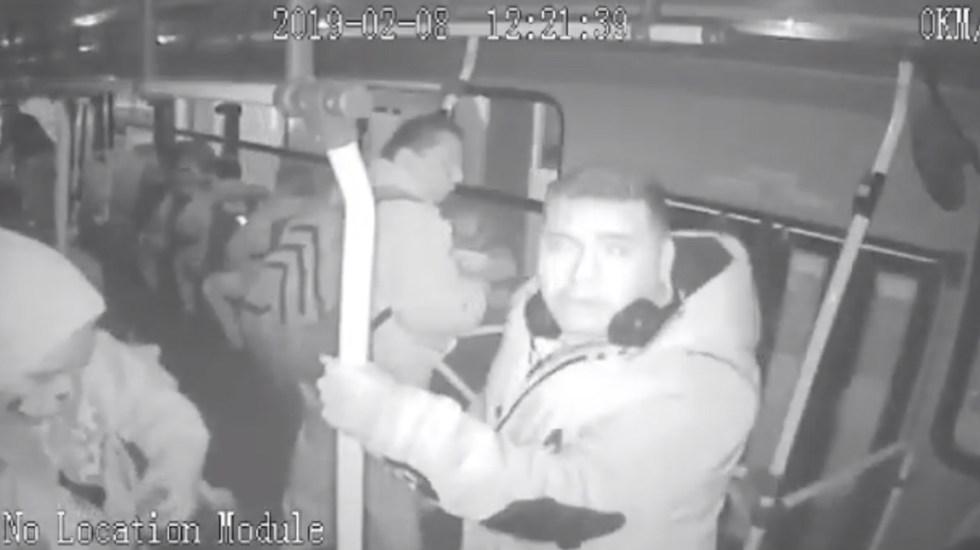#Video Tapan con pintura cámaras de seguridad durante robo a pasajeros - Captura de pantalla