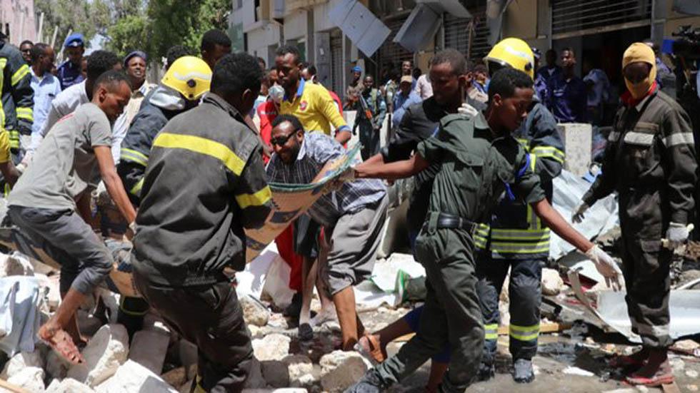 Retiro de personas heridas y cadáveres tras estallido de coche bomba. Foto de AFP