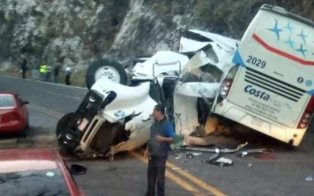 Accidente de tráiler y autobús en Autopista del Sol deja 10 lesionados - Foto de @Acustiknoticias