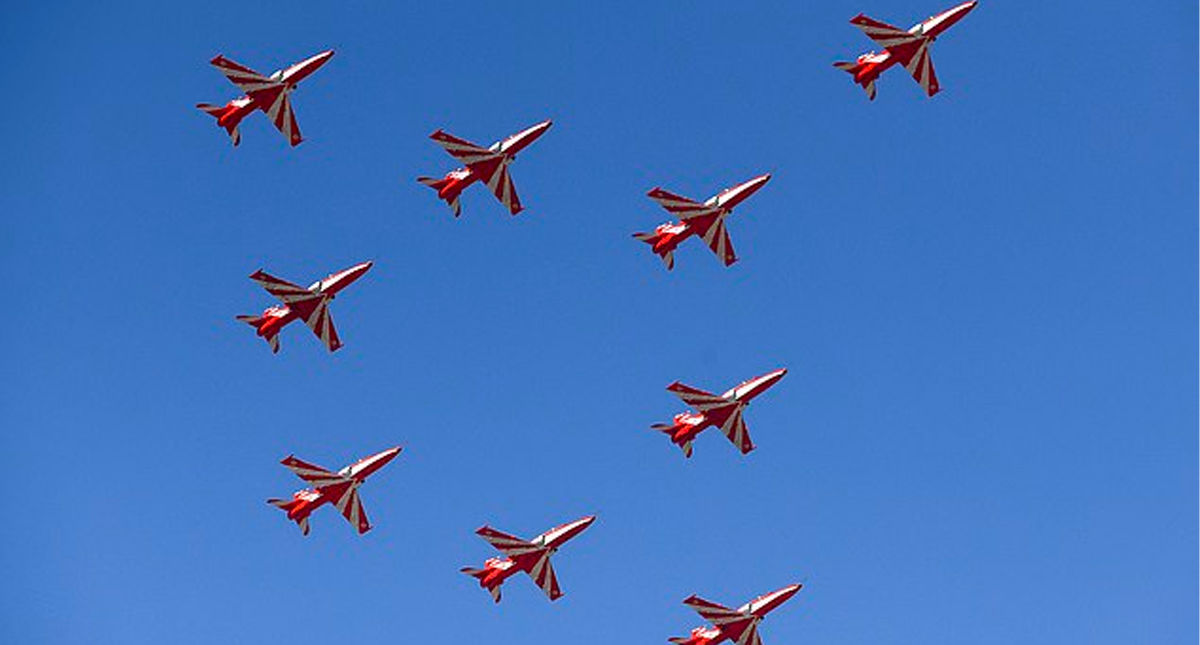 Piloto muere en colisión de aviones acrobáticos en la India