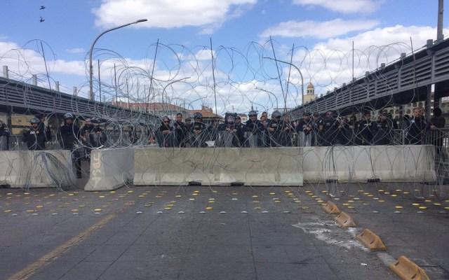 Aseguran frontera de Nuevo Laredo para evitar paso de migrantes - Barricada en puente de Nuevo Laredo. Foto de @NadyaAvila