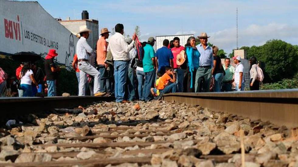 CNTE se deslinda de quienes sigan con bloqueos en Michoacán - Bloqueo de vías férreas en Caltzontzin, Michoacán. Foto de El Sol de México