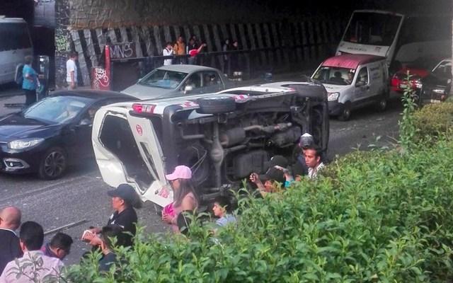 Cae combi de puente de Periférico en Naucalpan, hay cuatro lesionados - Foto de Suuma Voluntarios