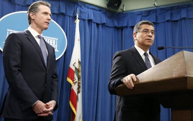 California demandará a Donald Trump por emergencia nacional - Gavin Newsom gobernador de California (izq), y el fiscal general Xavier Becerra (dcha). Foto de Rich Pedroncelli/AP